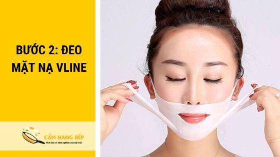 Tháo mặt nạ và kéo căng mặt nạ bao trọn phần cằm, treo qua 2 bên tai để cố định. Tương tự đối với phần dưới cằm.